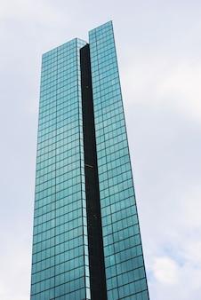 Szklany wierza z białymi chmurami w mieście boston