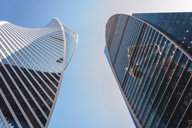 Szklany wieżowiec na tle nieba. bank, biuro, budynek korporacyjny.