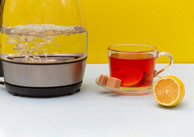 Szklany wrzący elektryczny czajnik na drewnianym stole. skopiuj miejsce
