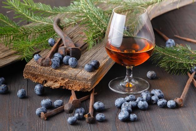 Szkło i butelka alkoholu na powierzchni drewnianych