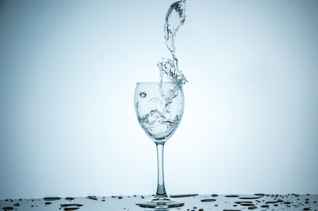 Szkło jest napełniane wodą