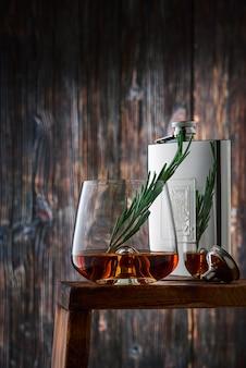 Szkło kryształowe i butelka z whisky