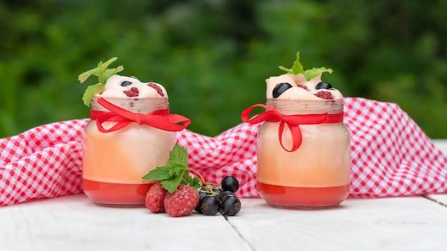 Szkło kryształowe z jogurtem z owocami