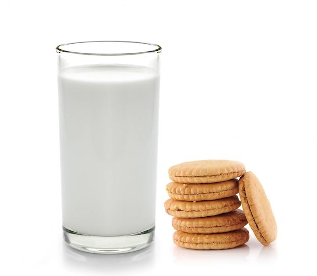 Szkło mleko i ciastka odizolowywający na bielu