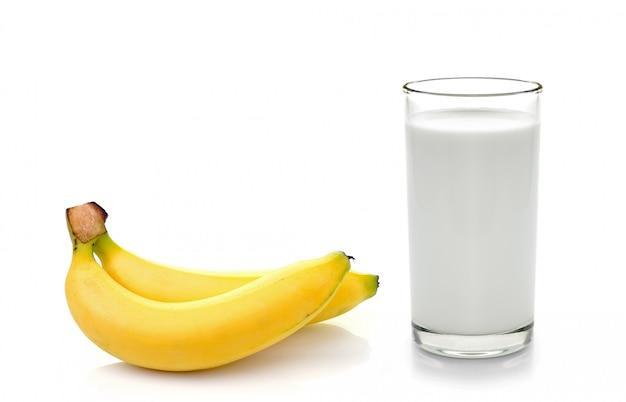Szkło mleko z bananem nad białym tłem
