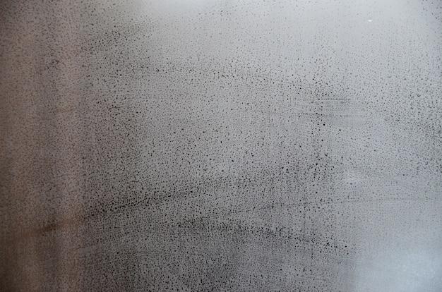 Szkło okienne z kondensatem lub parą po ulewnym deszczu