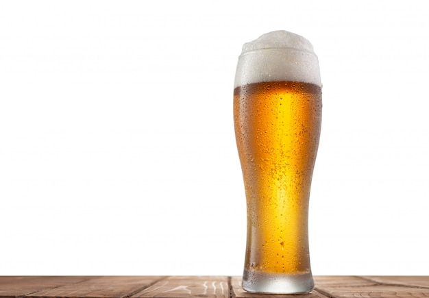 Szkło piwo na stole z odosobnionym tłem