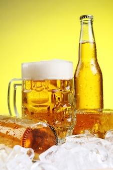 Szkło piwo z pianą na żółtym tle