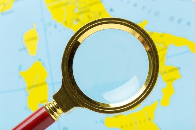 Szkło powiększające i mapa