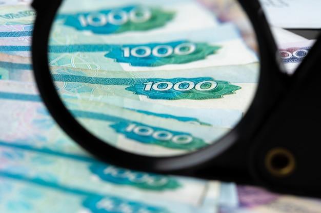 Szkło powiększające i ruble rosyjskie