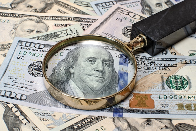 Szkło powiększające na banknotach dolarowych