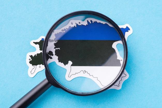Szkło powiększające na mapie estonii koncepcja kartografii