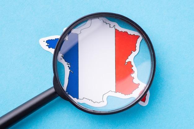 Szkło powiększające na mapie francji