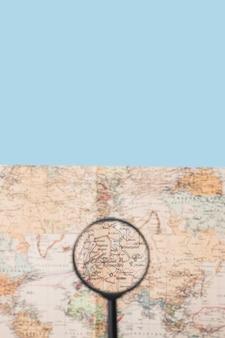 Szkło powiększające na mapie świata