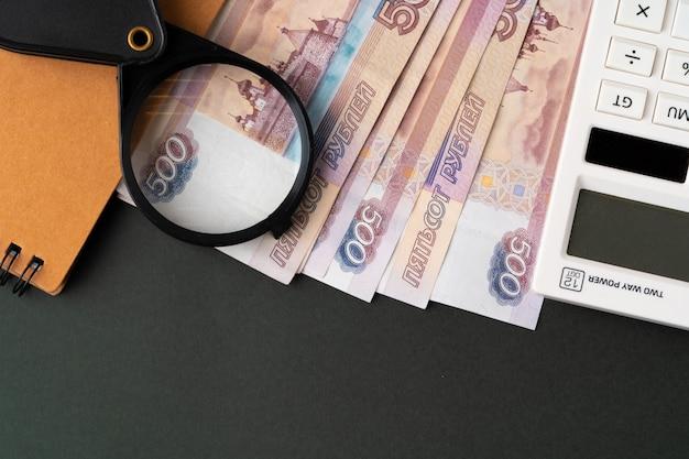 Szkło powiększające na ruble rosyjskiej waluty