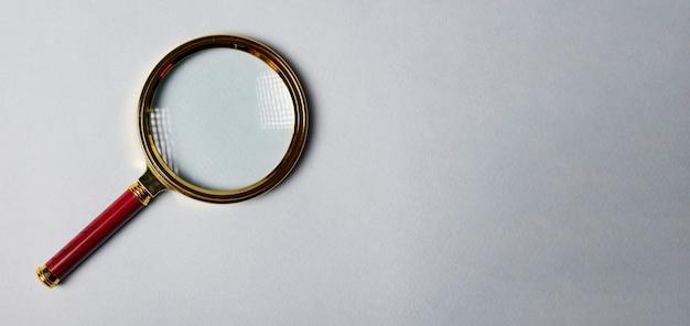 Szkło powiększające na szarym tle koncepcja seo z miejsca na kopię