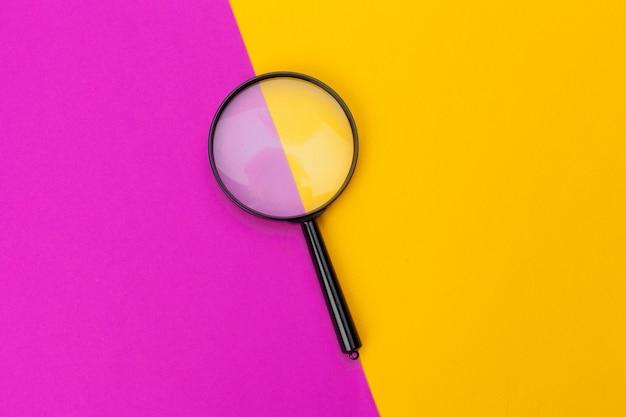 Szkło powiększające na żółtym i różowym
