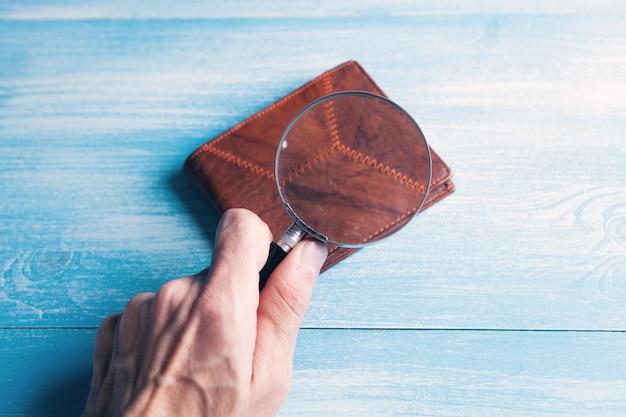 Szkło powiększające patrzy na portfel