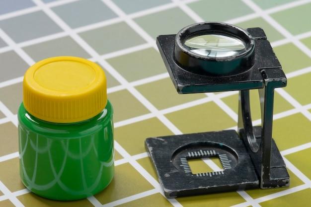 Szkło powiększające typu drutowego, na próbkach skali barwnej do druku i litografii