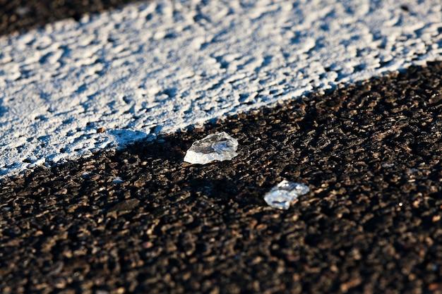 Szkło samochodu pozostawione na chodniku po wypadku