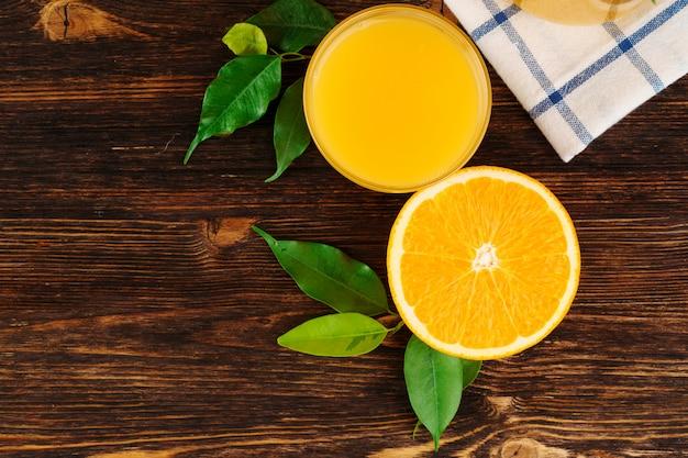 Szkło sok pomarańczowy na drewnianym stołu zakończeniu up
