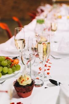 Szkło szampan na ślubnym świętowania przyjęciu