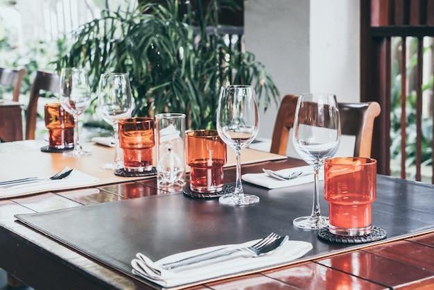 Szkło ustawione na stołach w jadalni