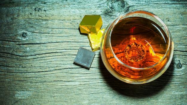 Szkło whisky i czekoladowy widok z góry.