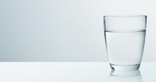 Szkło wodne na białym tle na tle