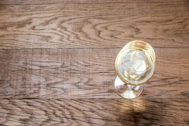 Szkło z białym winem na drewnie