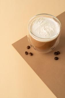 Szkło z bitą śmietaną i kawą