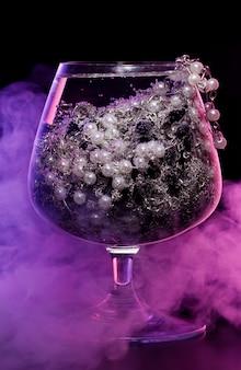 Szkło z biżuterią w dymie