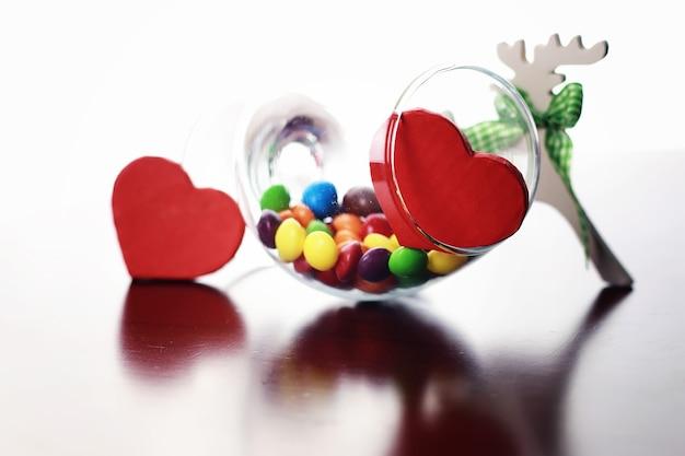 Szkło z kolorowymi drażetkami cukierków