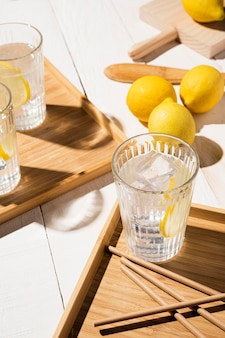 Szkło z napojem cytrynowym na stole