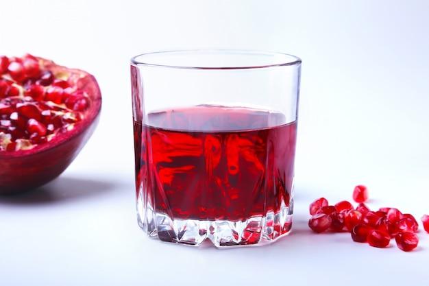 Szkło z sokiem z granatów nasiona granatu i piękny dojrzały granat.