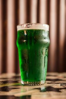 Szkło zimny zielony napój na stole