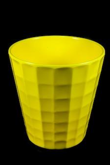 Szkło żółte na czarnym tle