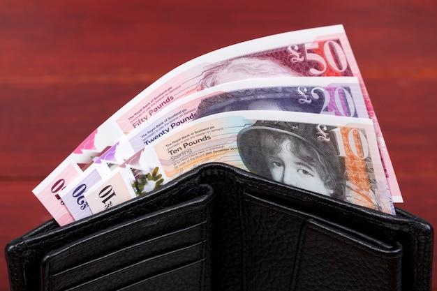 Szkockie pieniądze funt w czarnym portfelu