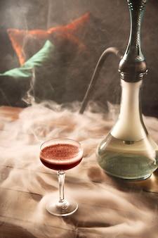 Szkodliwy zwyczaj palenia fajki wodnej w barze dla koncepcji relaksacyjnej.
