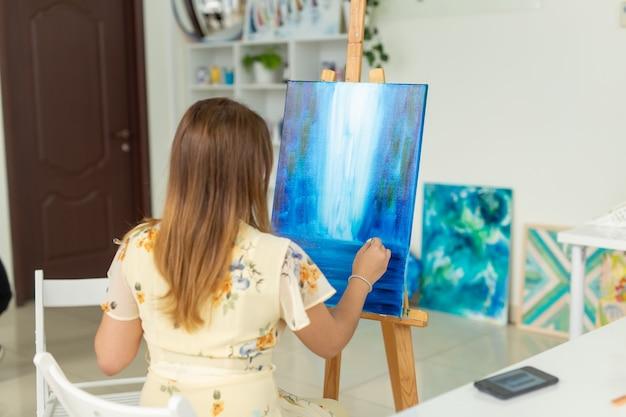 Szkoła artystyczna, wyższa szkoła artystyczna, edukacja dla młodych studentów.