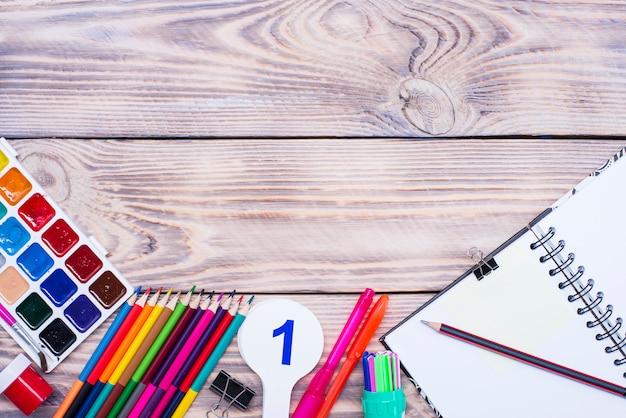 Szkoła dostarcza na drewnianym stole