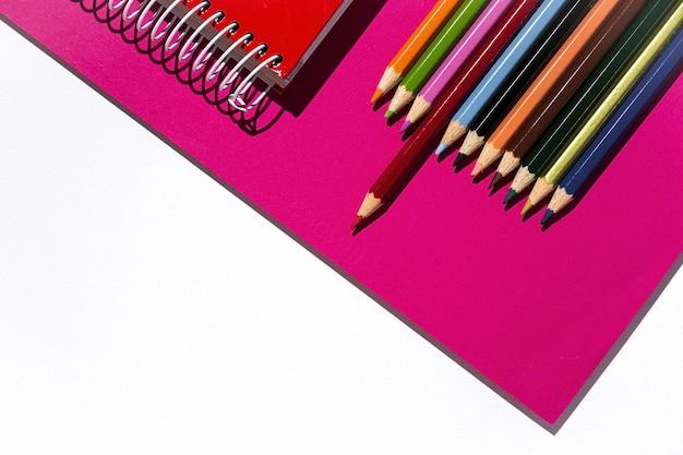 Szkoła dostarcza na kolorowe biurko
