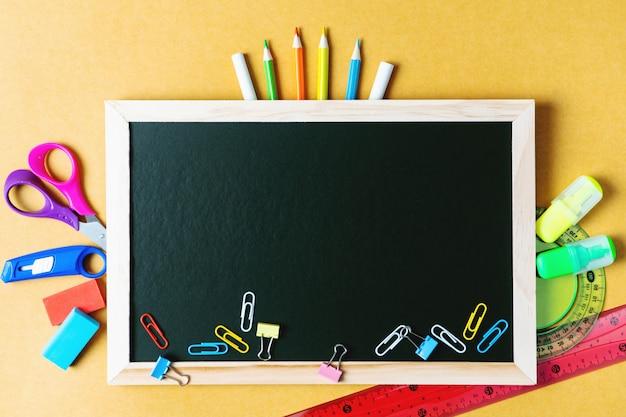 Szkoła dostarcza na tle czarnej tablicy. powrót do koncepcji szkoły
