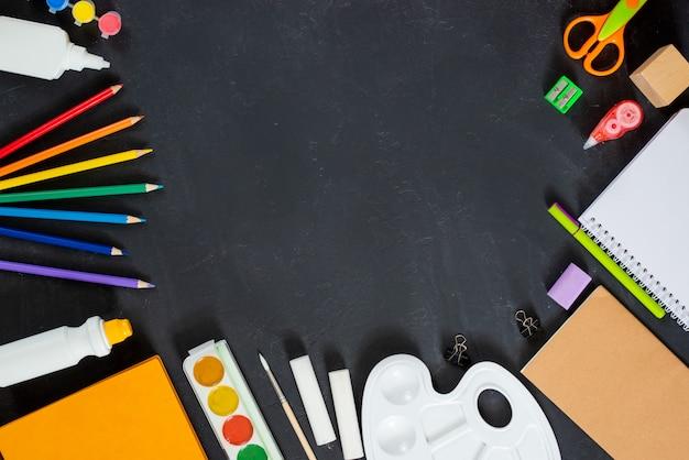 Szkoła dostarcza na tle czarnej tablicy