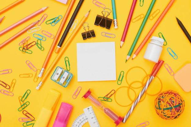 Szkoła dostarcza na żółtym tle