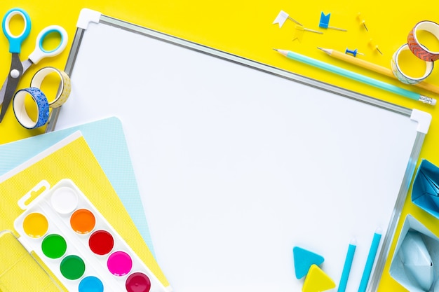 Szkoła kolorowe materiały piśmienne na żółto z copyspace