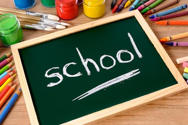 Szkoła napisane na małej tablicy