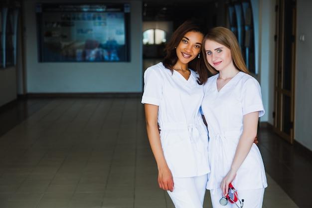 Szkoła pielęgniarska. grupa zawodowych studentów medycyny z mieszaną rasą. personel chirurgów lekarzy. koncepcja medycyny i opieki zdrowotnej
