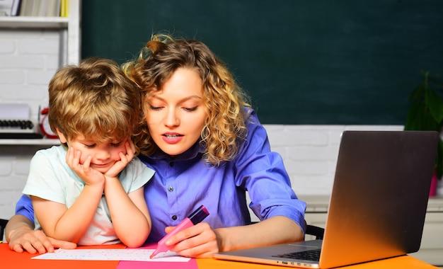 Szkoła podstawowa. edukacja. pierwszy dzień w szkole. małe dziecko uczy się z matką. zadanie domowe.
