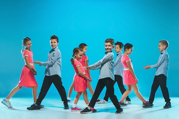 Szkoła tańca dla dzieci, balet, hiphop, tancerze uliczni, funky i współcześni na niebieskim tle studyjnym